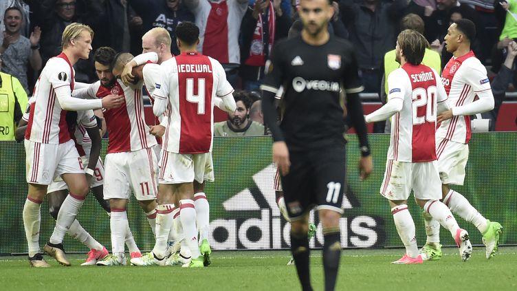 Les joueurs de l'Ajax Amsterdam savourent un but lors de la demi-finale aller de la Ligue Europa face à l'Olympique lyonnais, le 3 mai 2017, à Amsterdam (Pays-Bas). (JEAN-PHILIPPE KSIAZEK / AFP)