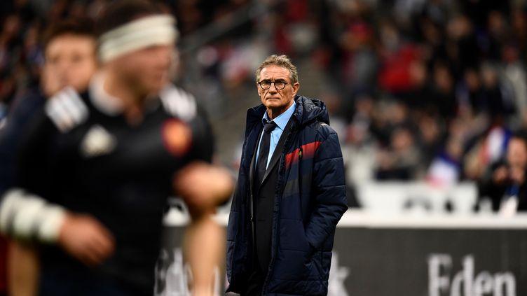 Guy Novès regarde le match opposant le XV de France à la Nouvelle-Zélande, le 11 novembre 2017 à Saint-Denis (Seine-Saint-Denis) (CHRISTOPHE SIMON / AFP)