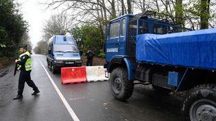 Des gendarmes bloquent une route menant à la ZAD de Notre-Dame-des-Landes, en Loire-Atlantique, le 8 avril 2018. (FRED TANNEAU / AFP)