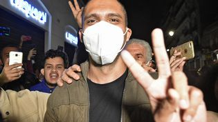 Le journaliste algérien Khaled Drareni a été accueilli par ses soutiens à sa sortie de prison, le 19 février 2021. (RYAD KRAMDI / AFP)