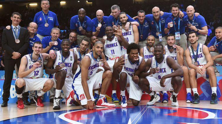 L'équipe de France de basket termine médaillée de bronze de l'Eurobasket, après leur victoire sur la Serbie, dimanche 20 septembre, à Villeneuve-d'Ascq (Nord). (EMMANUEL DUNAND / AFP)