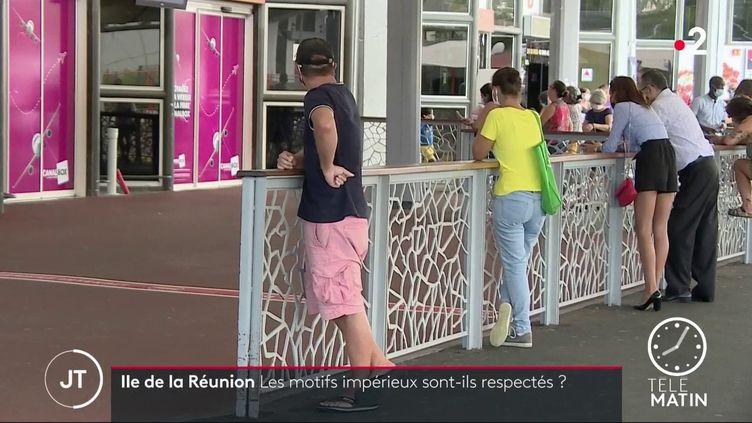 Un homme attendant des voyageurs à l'aéroport de La Réunion. (France 2)