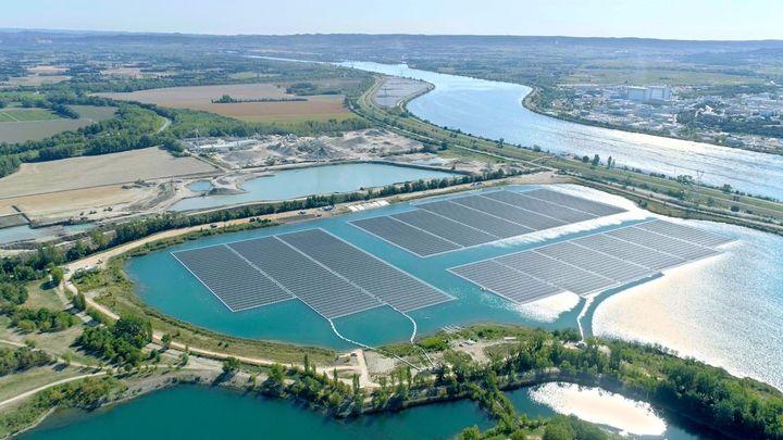 La centrale de solaire flottant OMEGA 1, située à Piolenc (84). (AKUO ENERGY)