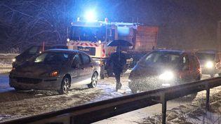 Des automobilistes sont bloqués sur la nationale 118 à hauteur de Vélizy-Villacoublay (Yvelines), le 6 février 2018 (MAXPPP)