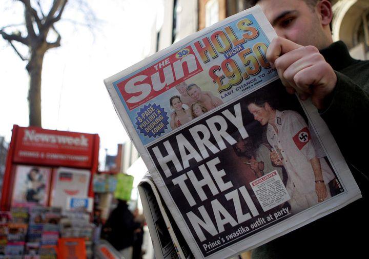 La photo du prince Harry déguisé en nazi dans les tabloïds britanniques, en janvier 2005. (JIM WATSON / AFP)