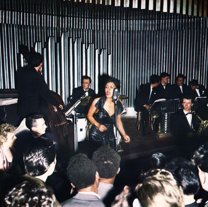 Billie Holiday sur scène (HULTON DEUTSCH / CORBIS HISTORICAL via GETTY IMAGES / Colorisé par Marina Amaral)