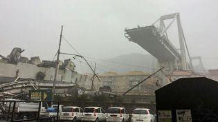 Le pont autoroutier de Gênes (Italie), le 14 août 2018, après l'effondrement d'une de ses sections. (ITALIAN POLICE / AFP)