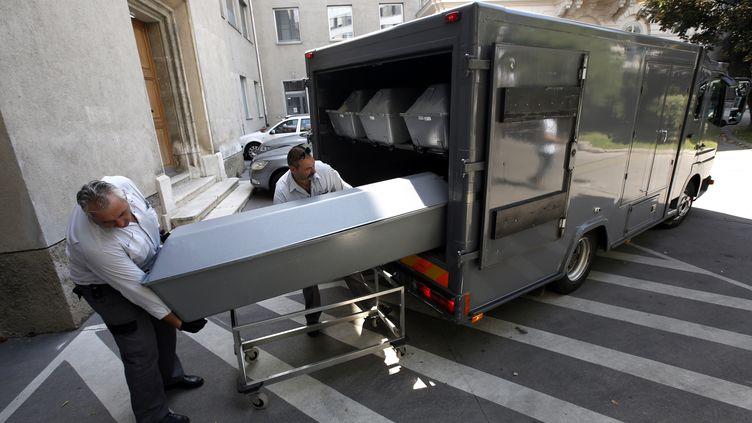 Les premiers cercueils des 71 migrants retrouvés morts dans un camion en Autrichearrivent à Vienne pour des identifications, le 28 août 2015. (DIETER NAGL / AFP)