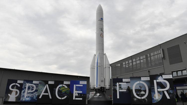 Maquette d'Ariane 6 au Salon de l'espace à Berlin (Allemagne). (AFP)