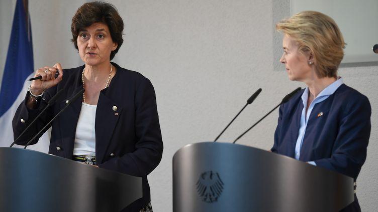 Sylvie Goulard (à gauche) et l'actuelle présidente de la Commission européenne, l'Allemande Ursula von der Leyen le 1er juin 2017. Elles sont alors ministres de la Défense de leur pays respectif. (BRITTA PEDERSEN / DPA)