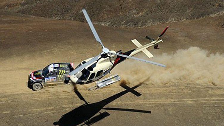 Les hélicoptère sont omniprésents sur le Dakar pour assurer la sécurité des concurrents et faire des images (DANIEL GARCIA / AFP)