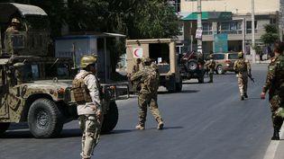 Des soldats de l'armée afghane sécurisent le périmètre après un attentat suicide à Kaboul, le 1er juillet 2019. (HAROON SABAWOON / ANADOLU AGENCY / AFP)