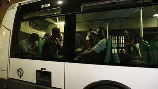 Des migrants quittent la caserne désaffectée du 10e arrondissement de Paris en bus, le 11 juin 2015. (CONSTANT / AFP)