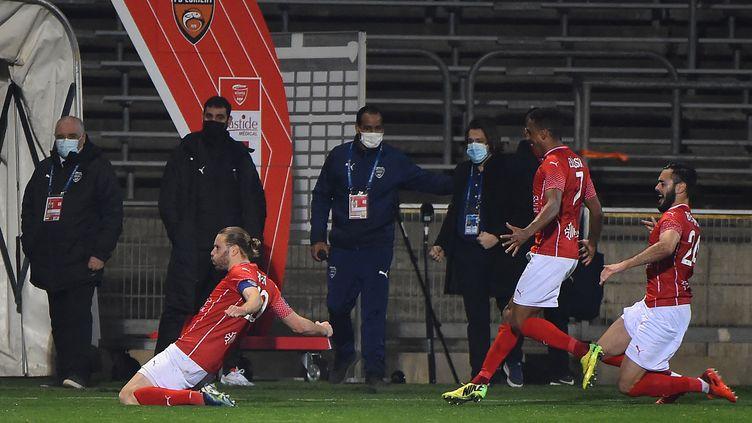 Renaud Ripart (Nîmes) célèbre le but de la victoire face à Lorient. (SYLVAIN THOMAS / AFP)
