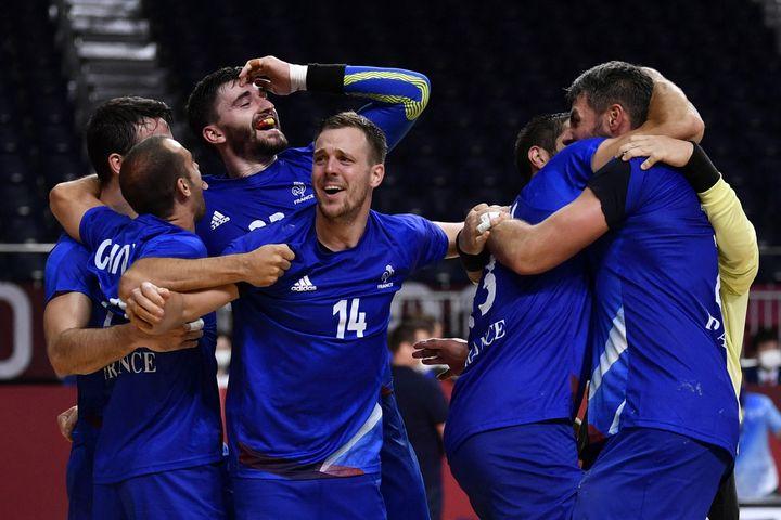 L'équipe de France de handball célèbre son titre olympique face au Danemark, aux Jeux de Tokyo. (FABRICE COFFRINI / AFP)
