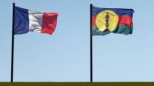 Le drapeau français et le drapeau kanak, le 26 août 2021. (MAXPPP)