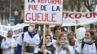 Des manifestants contre leprojet de loi santé de Marisol Touraine, à Paris, le 15 mars 2015. (DOMINIQUE FAGET / AFP)