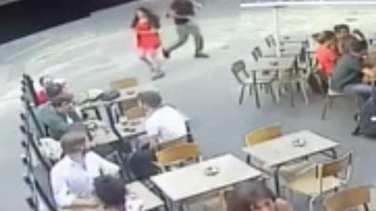 En pleine rue, Marie Laguerre a été harcelée puis frapée après avoir répondu aux obsénités de celui qui l'importunait le 24 juillet 2018 à Paris. (FRANCE 2)