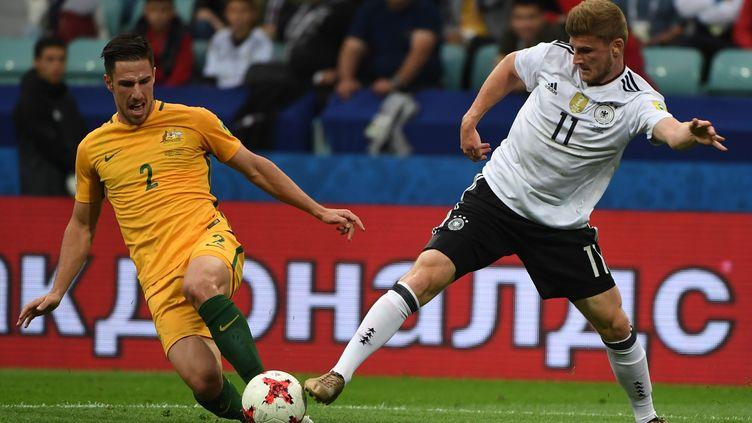 Le défenseur australien Eegenek, face à l'attquant t allemand Werner (PATRIK STOLLARZ / AFP)