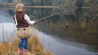Un enfant pêche dans le lac d'Alfeld, dans les Vosges, le 5 novembre 2008. (BRUNO MATHIEU / BIOSPHOTO / AFP)