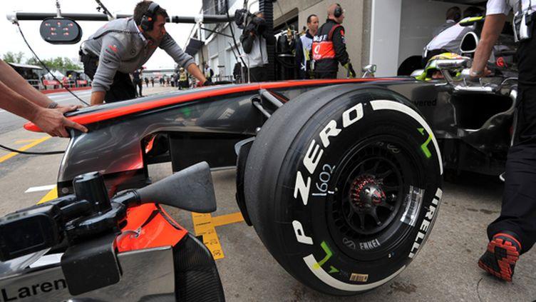 Un pneu Pirelli sur la McLaren de Sergio Perez (STAN HONDA / AFP)