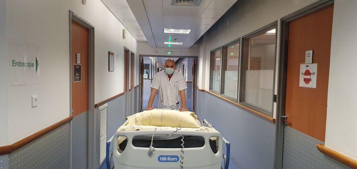 David est brancardier à lHhôpital européen Georges-Pompidou de Paris, le 5 mai 2020. (BORIS LOUMAGNE / RADIO FRANCE)