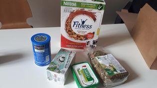 L'ONG Foodwatch estime qu'une vingtaine de produits disposent d'étiquettes qui vantent de fausses promesses. (SOPHIE AUVIGNE/RADIOFRANCE)