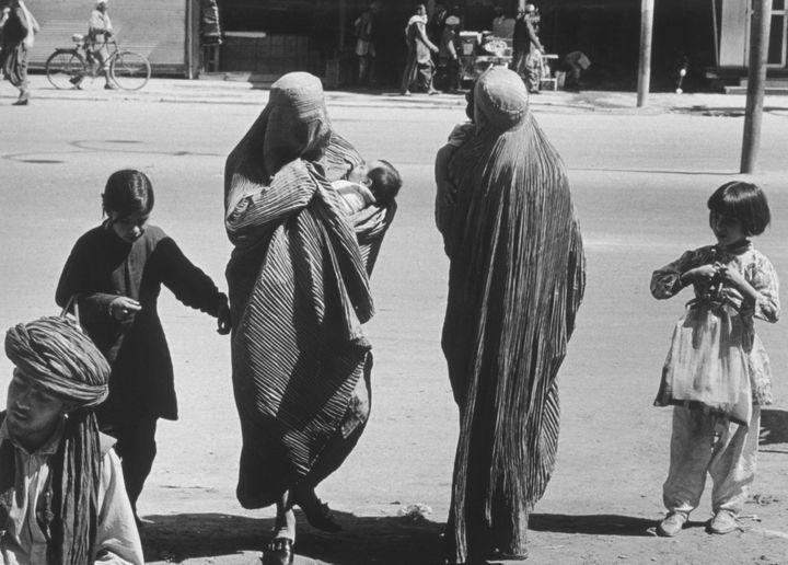 Deux Afghanes accompagnées d'enfants traversent une rue de Kaboul (Afghanistan) en 1972. (LAURENCE BRUN / GAMMA-RAPHO / GETTY IMAGES)