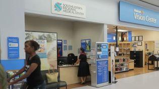 Aux États-Unis, il est possible de soigner de petites blessures dans des supermarchés. Des infirmiers reçoivent sans rendez-vous dans des espaces en face des caisses.  (CAPTURE ECRAN FRANCE 2)