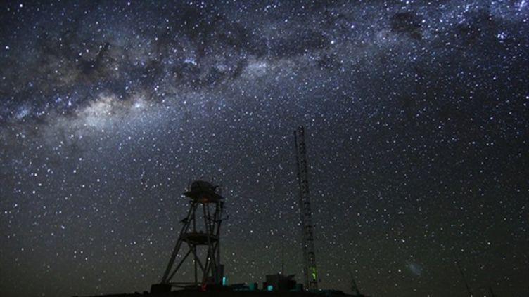 """L'observatoire de Cerro Paranal dans le désert chilien, où est abrité le """"Very Large Telescope"""". (AFP PHOTO/ESO)"""