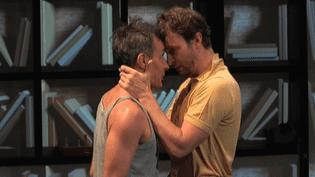 """Benoït Solès et Amaury de Crayencour dans """"La Machine de Turing"""" au Théâtre Michel  (France 3 Culturebox Capture d'écran)"""
