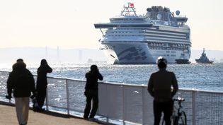 """Le """"Diamond Princess"""", dont des dizaines de passagers ont été testés positifs au coronavirus, à son arrivée au port de Yokohama au Japon, le10 février 2020. (KUNIHIKO MIURA / YOMIURI)"""