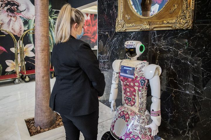 """Trois robots ont été installés dans l'hôtel """"Sky Sandton de Johannesburg depuis janvier 2021. (LUCA SOLA / AFP)"""