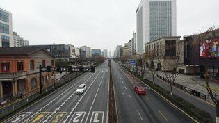 Une rue quasi-déserte àHangzhou, le 4 février 2020. (LONG WEI / MAXPPP)