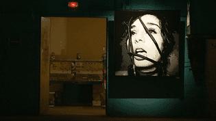 """7 artistes marseillais exposent dans l'ancienne salle des rotatives du journal """"La Marseillaise""""  (Culturebox - capture d'écran)"""
