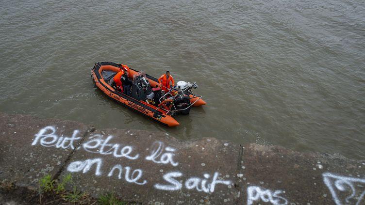 Une inscription en hommage à Steve Maia Caniço sur le quai Wilson à Nantes, où il a été vu pour la dernière fois, alors que des sauveteurs poursuivent les recherches, le 17 juillet 2019. (MAXPPP)
