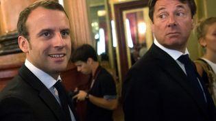 Emmanuel Macron et Christian Estrosi (à droite), le 25 juillet 2016 à Nice (Alpes-Maritimes). (BERTRAND LANGLOIS / AFP)