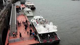 Au lieu d'affronter des kilomètres d'embouteillages, certains habitants de grandes métropoles traversées par un fleuve se rendent au travail en bateau. C'est le cas à Nantes (Loire-Atlantique).  (France 2)