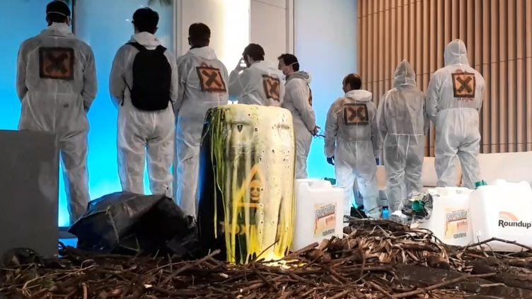 Des militants dans le hall d'entrée de Monsanto-Bayer, le 22 mai. (BENJAMIN ILLY / RADIO FRANCE)