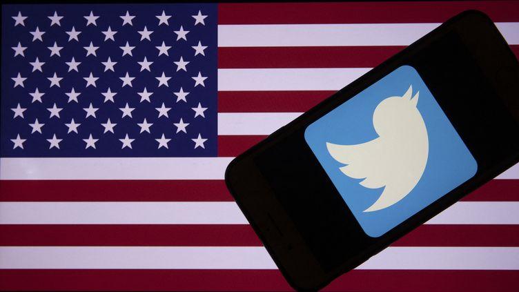 Le drapeau américain et le logo de Twitter. (ERCIN ERTURK / ANADOLU AGENCY)