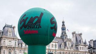 Un ballon du syndicat Sud-Rail à Paris, le 28 décembre 2019. (SEVERINE CARREAU / HANS LUCAS / AFP)
