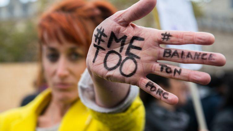 Une femme manifeste contre les violences sexuelles et les violences faites aux femmes à Paris, le 29 octobre 2017. (DENIS PREZAT / CITIZENSIDE / AFP)