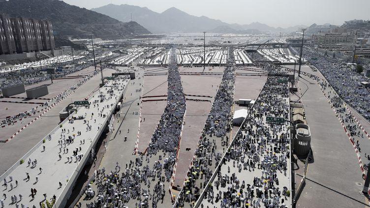 Des pèlerins musulmans se rendent sur les lieux de la lapidation de Mina, près de La Mecque (Arabie saoudite), le 24 septembre 2015. (MOHAMMED AL-SHAIKH / AFP)