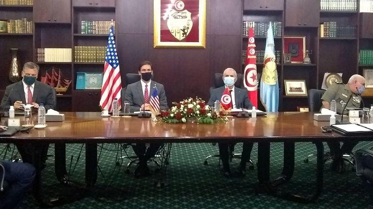 Le secrétaire américain à la Défense Mark Esper (2e à gauche) rencontre son homologue tunisien Ibrahim Bartagi (3e à gauche), dans la capitale Tunis, le 30 septembre 2020. (SYLVIE LANTEAUME / AFP)