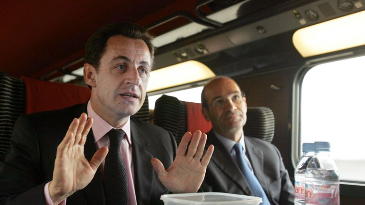 Nicolas Sarkozy et Eric Woerth, dans un TGV, le 6 février 2007. (DOMINIQUE FAGET / AFP)