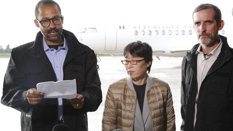 Laurent Lassimouillas (gauche) etPatrick Picque (droite) avec une anciennce otage sud-coréenne, à Villacoublay (Yvelines), le 11 mai 2019. (FRANCOIS GUILLOT / AFP)