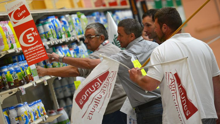 Des agriculteurs de la FNSEA et des Jeunes agriculteurs manifestent dans un supermarché du Puy-en-Velay (Haute-Loire), lundi 29 août 2016. (MAXPPP)
