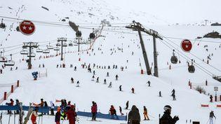 Des skieurs à la station des Menuires (Savoie), le 4 janvier 2018. (JEAN-PIERRE CLATOT / AFP)