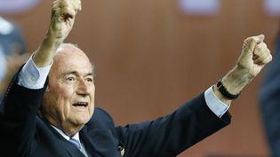 Le président de la Fifa, Sepp Blatter, célèbre sa réélection, le 29 mai 2015, à Zurich (Suisse). (ARND WIEGMANN / REUTERS)