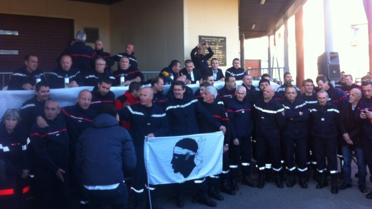 Des pompiers venus de toute la Corse se sont rassemblés à Ajaccio, le 29 décembre 2015. (DOMINIQUE MORET / FRANCE 3 VIA STELLA)